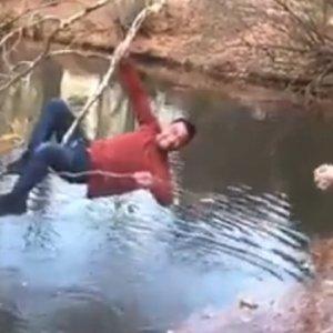 Un pescador recupera un señuelo enganchado en un árbol de la forma más graciosa