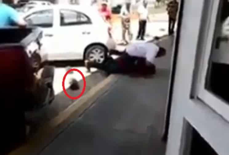 Un hombre recibe una brutal paliza de otro por pegarle a un perro