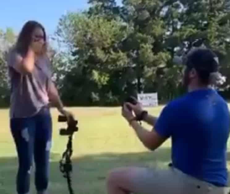 La pedida de matrimonio de este cazador a su novia se vuelve viral