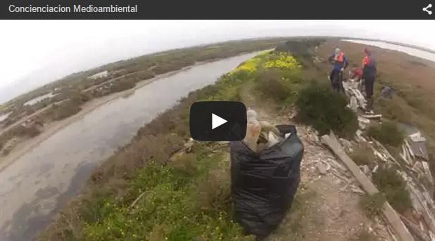 Aficionados a la pesca y el kayak realizan en San Fernando tareas de limpieza y concienciación medioambiental
