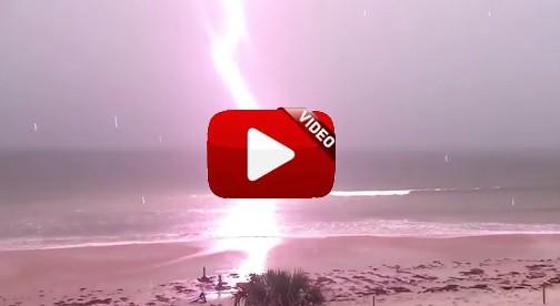 Espeluznante rayo en una playa de Florida arrasa en Youtube