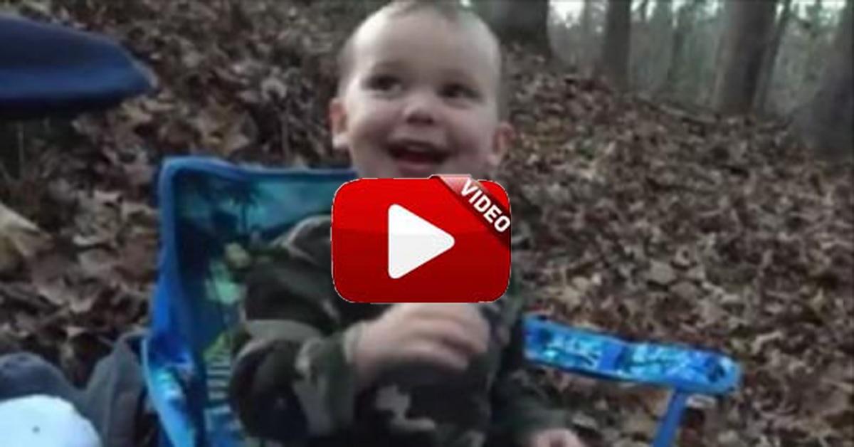 Niño de dos años usando un reclamo por primera vez