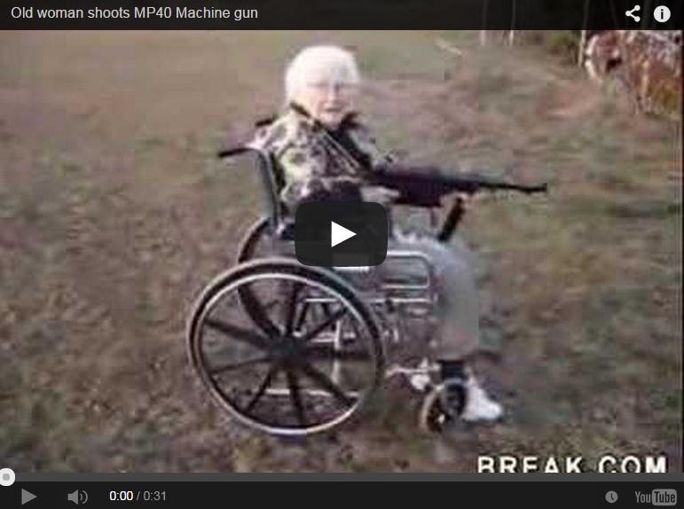 Una anciana en silla de ruedas dispara al blanco