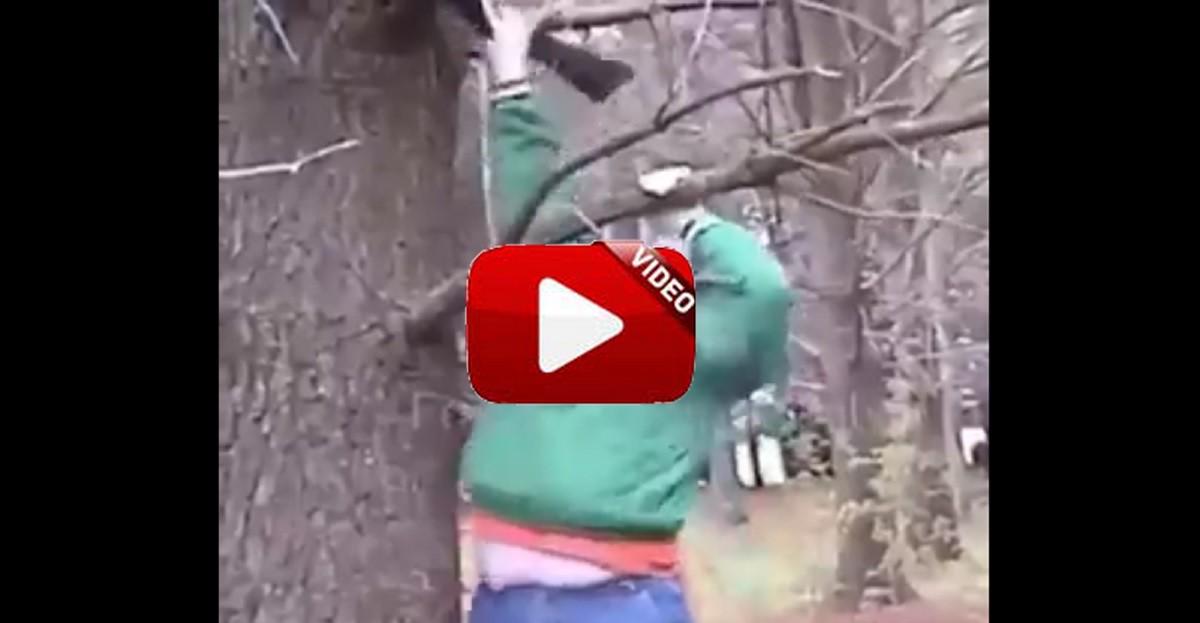 Deja el arma en una rama y… ¡que alguien nos explique qué intentaba hacer este chico!