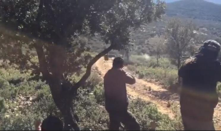 Un hombre a punto está de matar a su compañero de caza al disparar a un jabalí