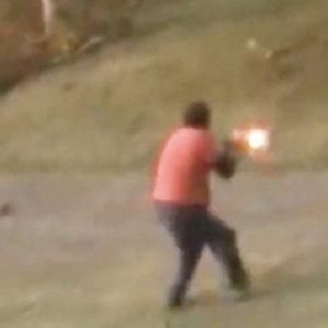 Un hombre dispara in extremis al oso que lo atacaba