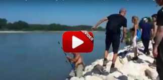 Un grupo de animalistas increpan a este veterano pescador.