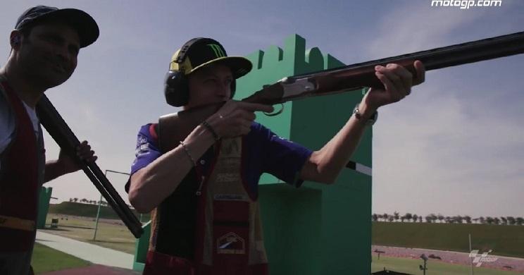 Valentino Rossi junto a Al-Attiyah practicando en un campo de tiro.