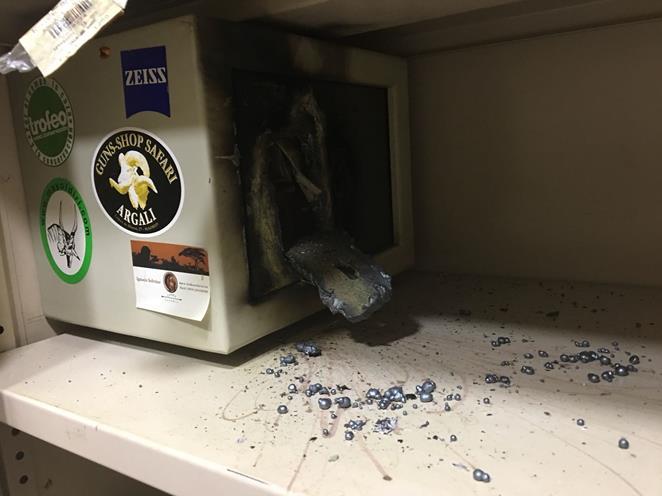 Caja fuerte reventada por los ladrones / Fotografía: Whatsapp