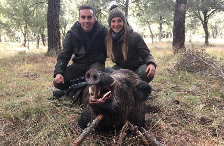 Una joven pareja caza un extraordinario jabalí medalla de oro en Soria