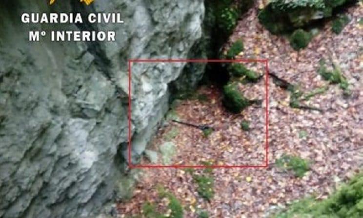 Recuperan de una sima la escopeta que perdió un cazador al salvar a su perro