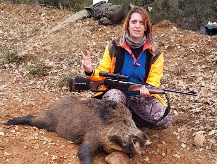 Esta madre de familia caza su primer jabalí tras 22 años de morralera