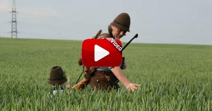 Este es el vídeo de un abuelo iniciando a su nieto en la caza que te emocionará