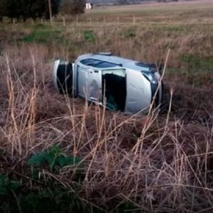 Se sale de la carretera y vuelca su vehículo al esquivar a una liebre