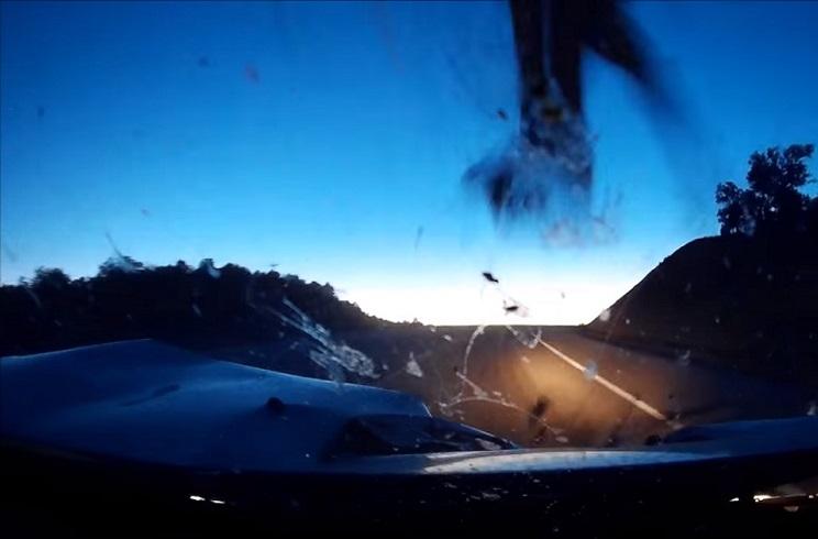 Una cámara graba el desagradable accidente de este Mitsubishi con un ciervo