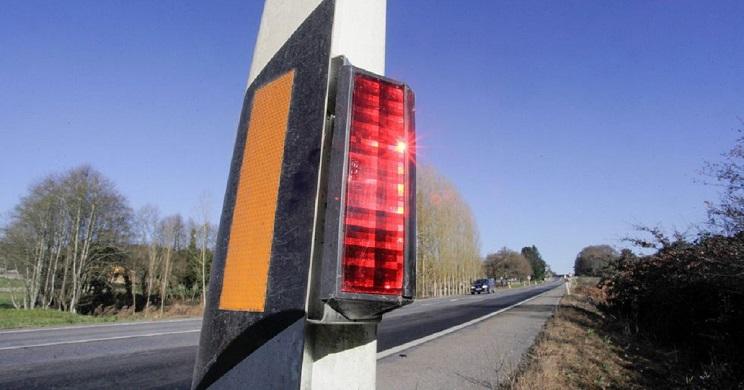 Balizas reflectantes en el lateral de una carretera lucense. / Carlos Castro- La Voz de Galicia
