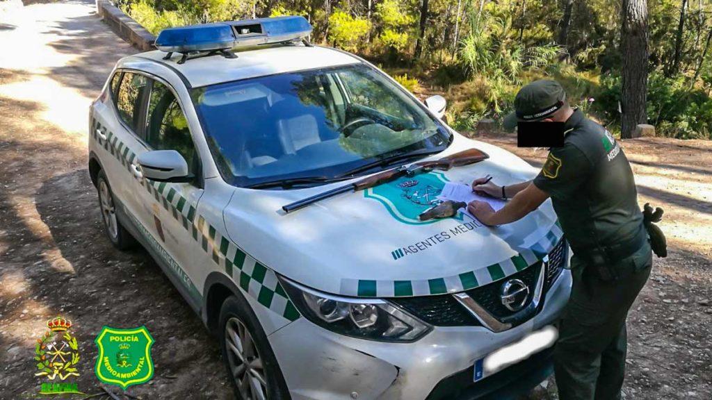 Un agente medioambiental durante una intervención. /AEFMA