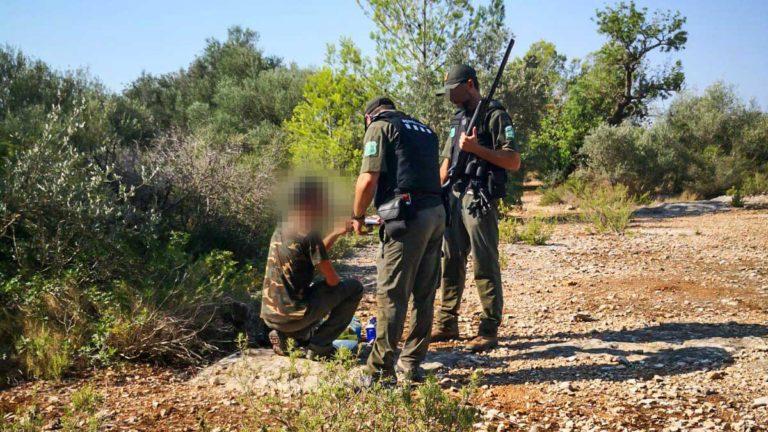 Dos agentes rurales pidiendo la documentación a un cazador. /© Agents Rurals