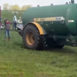 Invaden las tierras de un agricultor y decide expulsarlos liberando purines