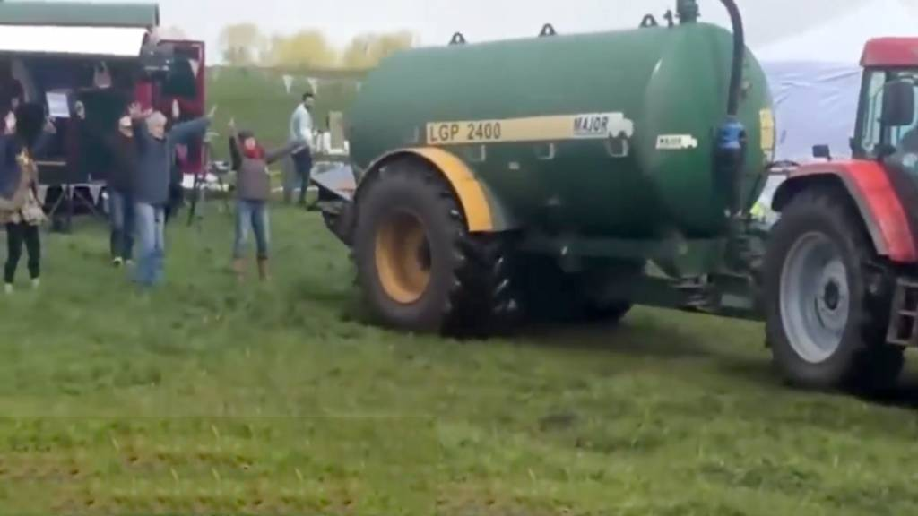 Un momento del vídeo en el que el agricultor llega con los purines.