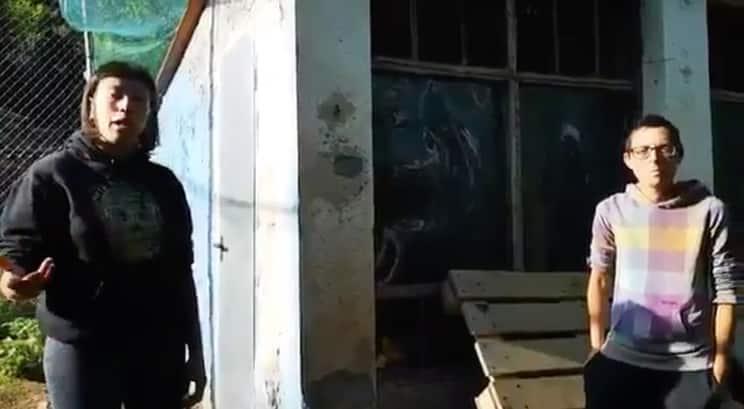 Las redes arden con el vídeo de dos animalistas que han separado gallos y gallinas «para que no las violaran»