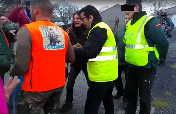 Varios animalistas insultan y acosan a un cazador ante la pasividad de la Guardia Civil