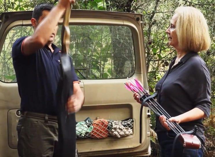 Un cazador lleva a una anticaza a una espera de jabalí y lo graban en un documental