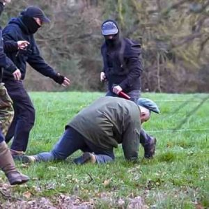 Un anticaza golpea a un anciano cazador y las redes arden con esta supuesta agresión