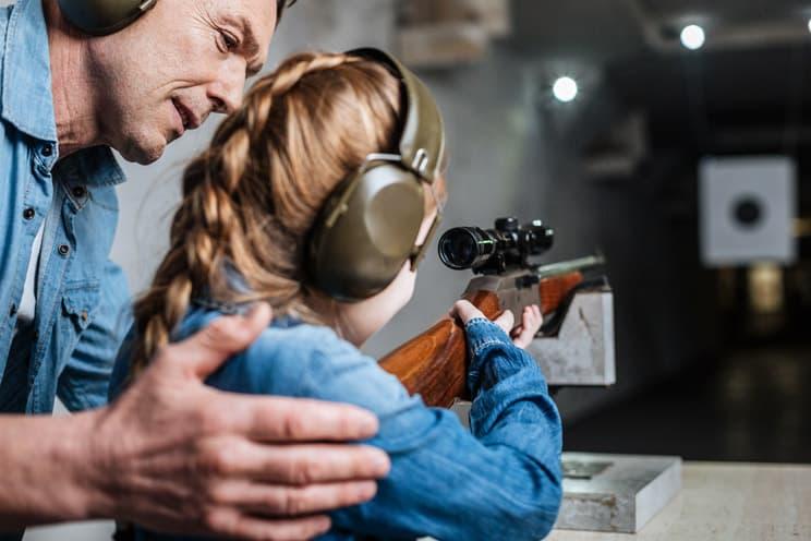 Colegios de secundaria enseñarán a usar armas en clase de educación física en EEUU