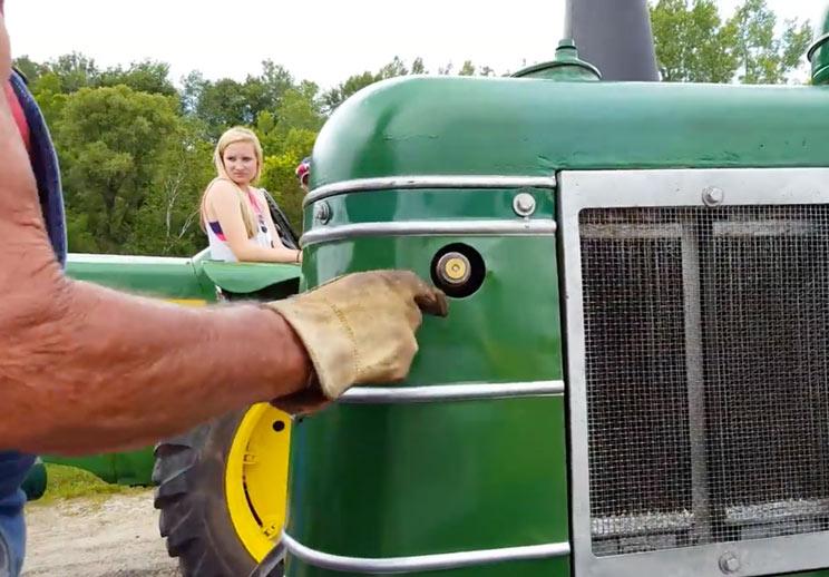 Así se arranca este viejo tractor disparando un cartucho de escopeta del 12