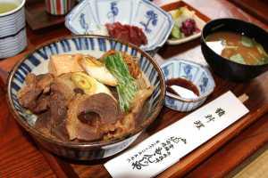 A la carne de jabalí se la denomina yamakujira (ballena de monte), y es apreciada desde hace mucho. En el restaurante Momonja, en el distrito tokiota de Ryōgoku, el inodon (plato de jabalí sobre arroz), limitado al almuerzo, cuesta 1.200 yenes (el cuenco pequeño que hay tras el principal contiene sashimi, carne cruda, de ciervo, y se vende aparte). Es un plato para disfrutar sin complicaciones del sabor tradicional de la montaña. / Foto: www.nippon.com