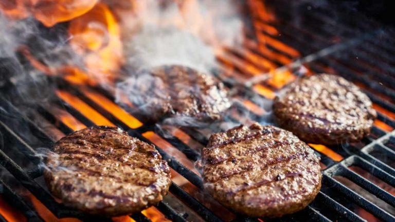 Hamburguesas de carne de jabalí en la barbacoa.