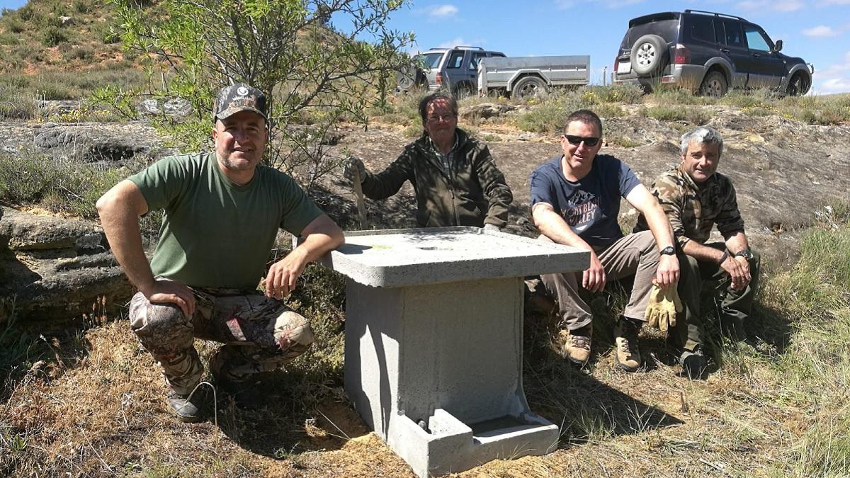 Estos cazadores dan una lección de ecologismo: compran y colocan bebederos para la fauna (sin recibir subvenciones)
