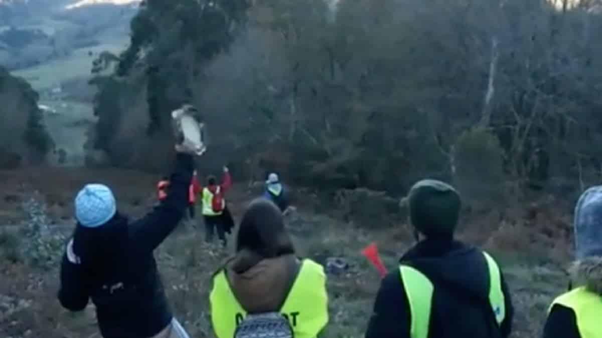 Un animalista deja en estado grave a un cazador tras tirarlo de un caballo