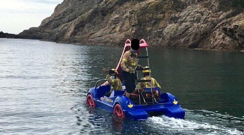 Los bomberos rescatan a un submarinista con patines de agua y piraguas