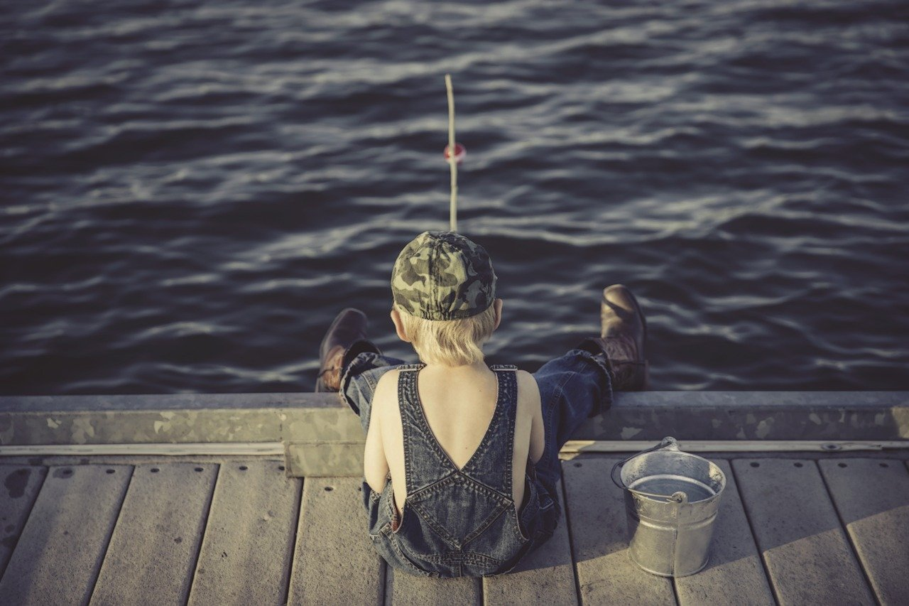 Una niña de cuatro años pesca un pez más grande que ella con una caña de Frozen