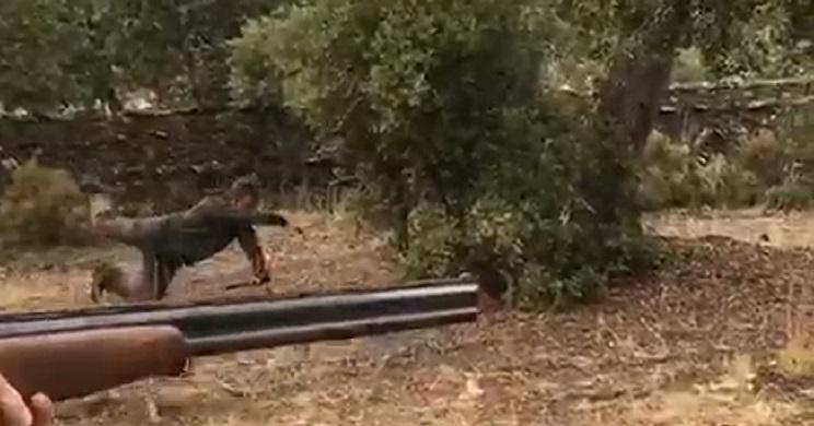 La broma de estos dos cazadores frente a un conejo encamado les sale caro