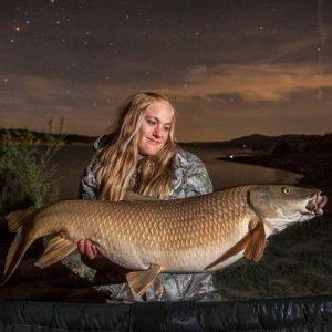 Una joven pesca un gran barbo de cerca de 10 kilos en Buendía