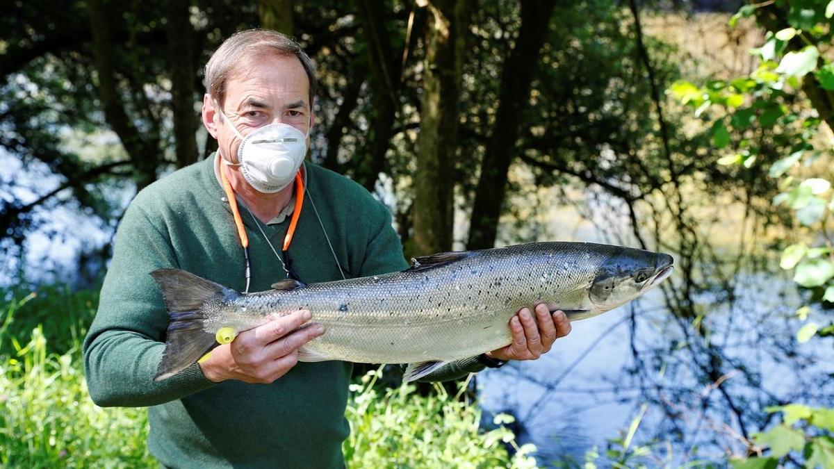 Aplaza una operación para ir a pescar, saca el campanu y lo dona a la lucha contra el cáncer