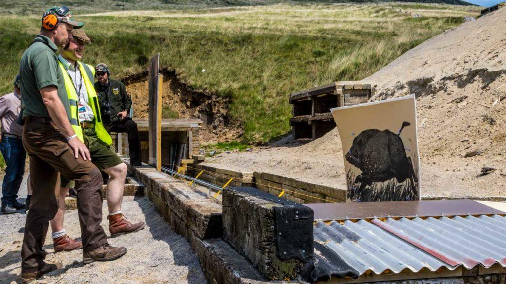 Cazadores en un campo de tiro con silueta de jabalí móvil. © Israel Hernández