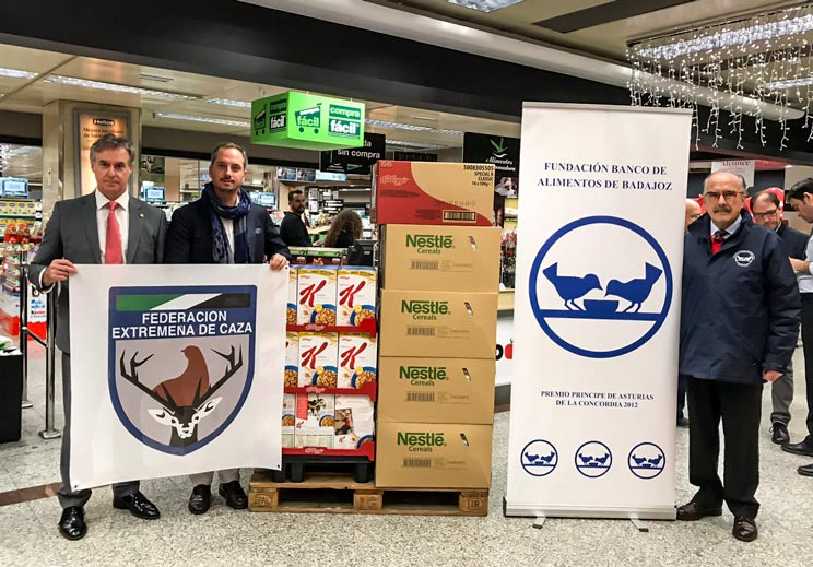 Los cazadores donan alimentos para los más necesitados antes de Navidad