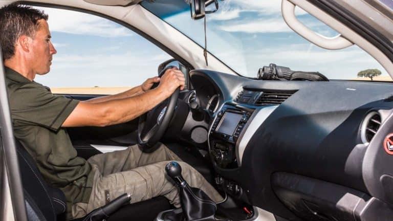 Un cazador desplazándose en su coche en una imagen de archivo. ©Israel Hernández
