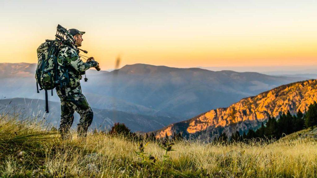 Un cazador observa con sus prismáticos. © Pedro Ampuero