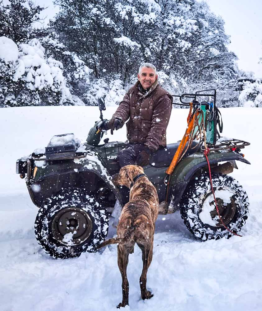 Daniel con el quad que utiliza para cazar. © JyS