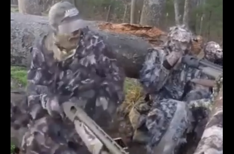 cazador dispara a otro