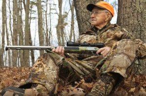 cazador anciano joven