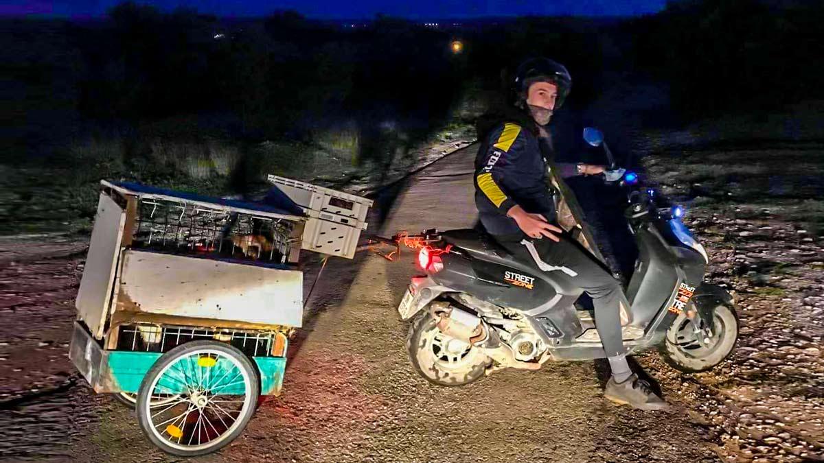 El cazador, en su moto para ir a una jornada cinegética. © Facebook
