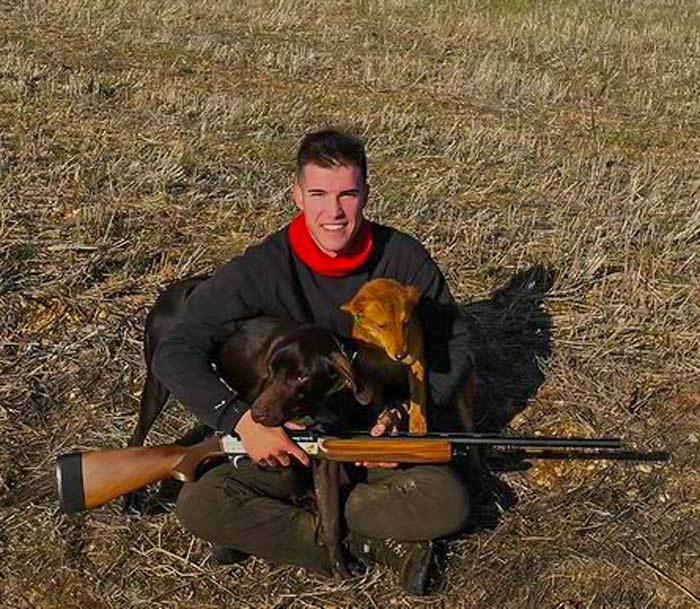 Enrique con sus perros, los mismos que el jabalói atacó mientras cazaba la perdiz.
