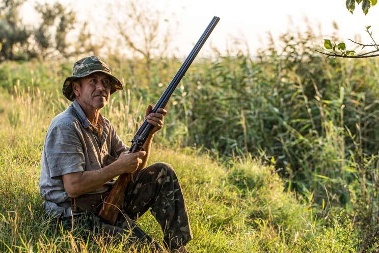 Dan una paliza a un cazador de 75 años y le roban el arma