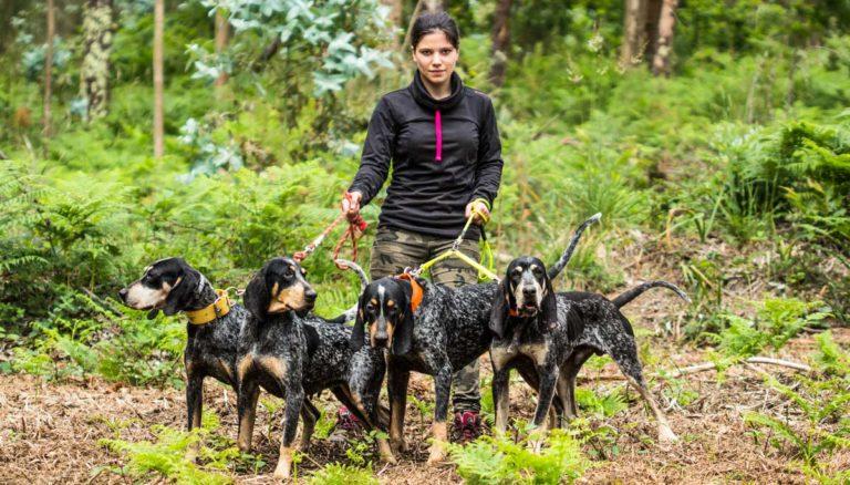 Elisa con sus perros atraillados. /Sara Paniagua
